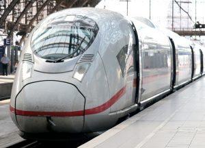 Bahnfahren wird günstiger - die Umsatzsteuer für Tickets wird auf 7 % gesenkt.